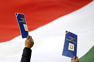 bandiera italiana con la copia della costituzione2