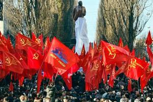 pc ucraina bandiere statua