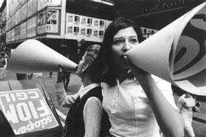 donne manifestazione megafono