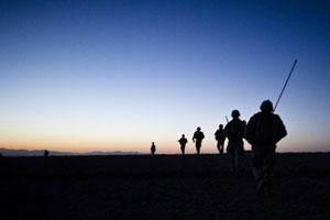soldati tramonto silhouette