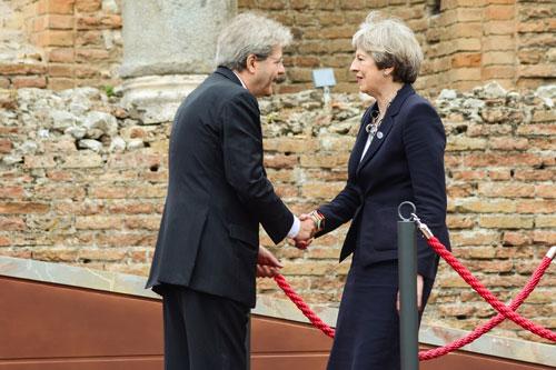 Paolo Gentiloni Theresa May handshake 2017 05 26