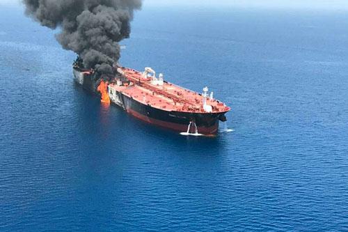 petroliere in fiamme Oman 5