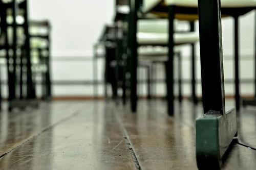 banchi scuola pavimento